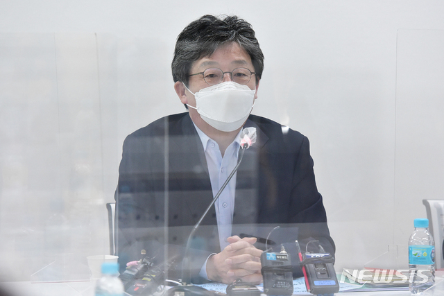 [서울=뉴시스]국회사진기자단 = 국민의힘 유승민 전 의원이 8일 서울 마포 포럼에 참석해 발언을 하고 있다. 2021.04.08. photo@newsis.com