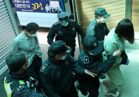 구미 3세 여아 사망사건 관련해 숨진 여아의 친모가 아닌 언니로 드러난 김모(22)씨가 첫 재판이 열린 9일 법정으로 향하고 있다. 뉴스1