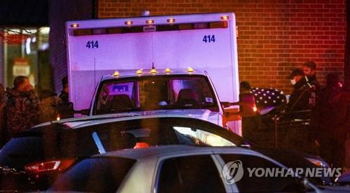 구급차로 옮겨지는 '미 콜로라도 총기난사' 희생자 시신[AP=연합뉴스 자료사진]