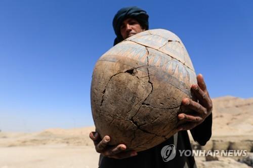 이집트 룩소르 도시 유적지에서 나온 깨진 도기 [로이터=연합뉴스]