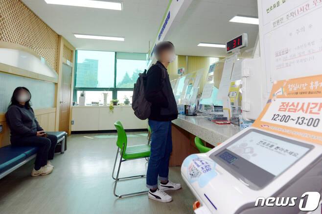 지난 9일 낮 12시쯤 광주 남구 송암동 행정복지센터에서 민원인들이 민원업무를 위해 기다리고 있다.2021.4.9/뉴스1 © News1 정다움 기자