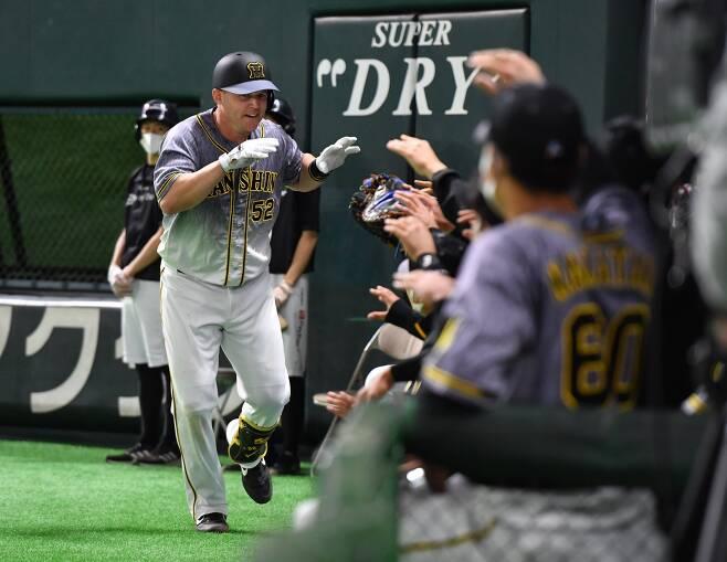 샌즈가 시즌 5호 투런 홈런을 치며 홈런 타점 부문 1위로 올라섰다.  사진=한신 SNS