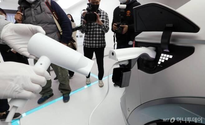 지난 17일 오전 서울 용산구 아이오닉 5 스퀘어에서 현대자동차의 첫 전기차 전용 플랫폼인 E-GMP가 적용된 '아이오닉 5'가 전시되어 있다. /사진=홍봉진 기자 honggga@