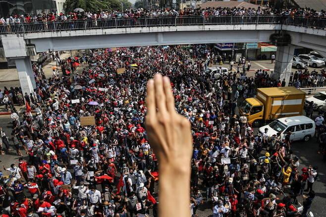 지난 2월 미얀마 최대도시 양곤에서 군부 쿠데타와 아웅산 수치 국가고문 감금에 반대하는 대규모 시위가 열린 가운데 한 시민이 군부에 대한 저항을 상징하는 세 손가락 경례를 하고 있다. 세계일보 자료사진