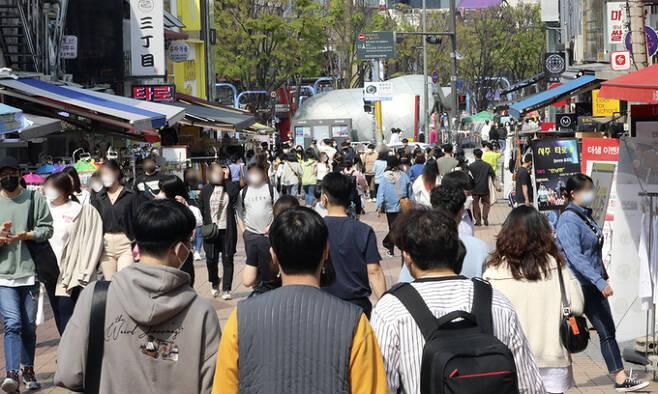 11일 서울 마포구 홍대를 찾은 시민들로 거리가 북적이고 있다. 뉴시스