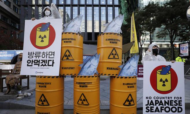 환경운동연합 회원들이 지난해 12월 9일 서울 옛 일본대사관 앞에서 후쿠시마 방사능 오염수 해양방류 반대 캠페인을 하고 있다. 뉴시스