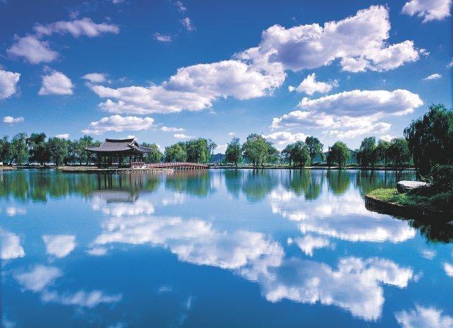 우리나라 최초의 인공연못인 궁남지. 연못 주변의 버드나무길과 연꽃단지를 거니는 관광객들이 사시사철 넘쳐난다.