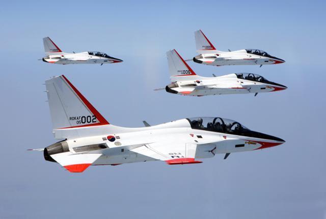 2007년 4월 17일 공군 제1전투비행단이 최초의 국산 초음속 고등훈련기 T-50을 이용한 고등비행훈련을 하는 모습. 광주=연합뉴스
