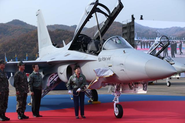 2014년 10월 30일 박근혜 대통령이 강원 원주 공군 제8전투비행단에서 열린 국산 경공격기 FA-50 전력화 기념식에서 전투기의 휘호를 제막하는 모습. 홍인기 기자