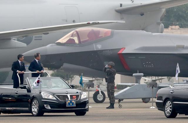 문재인 대통령이 2019년 10월 1일 대구 공군기지에서 열린 제71주년 국군의날 기념식에서 육해공군 전력 지상사열을 하고 있다. 뒤로 보이는 전투기가 미국에서 들여온 F-35A 스텔스 전투기다. 청와대사진기자단