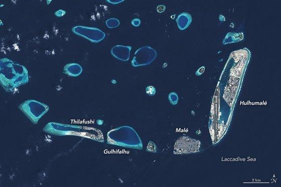 2020년 2월 19일 위성으로 본 몰디브의 섬들. 수도 말레 북동쪽에 인공섬 훌후말레가 있다. NASA
