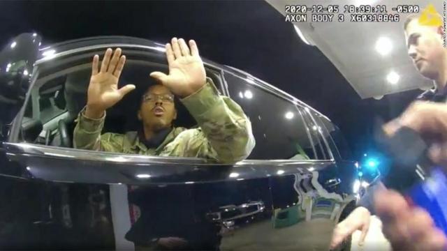 캐론 나자리오(Caron Nazario) 미 육군 중위가 지난해 12월 5일(현지시간) 두 손을 차 밖으로 들어올리고 있다. CNN 캡쳐