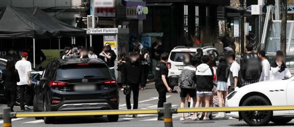 정부의 수도권 유흥시설에 대한 집합금지 조치를 하루 앞둔11일 서울 강남의 한 클럽 앞이 이른 아침부터 입장해 정오 무렵까지 클럽을 이용한 젊은층들과 차량으로 북새통을 이루고 있다. 뉴스1