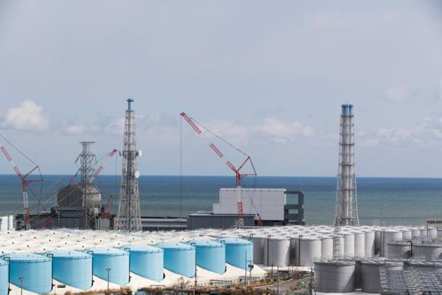 일본 후쿠시마 제1 원자력발전소 원자로 3, 4호기 옆에 늘어선 방사성 오염수 저장 탱크. 후쿠시마=AP 연합뉴스