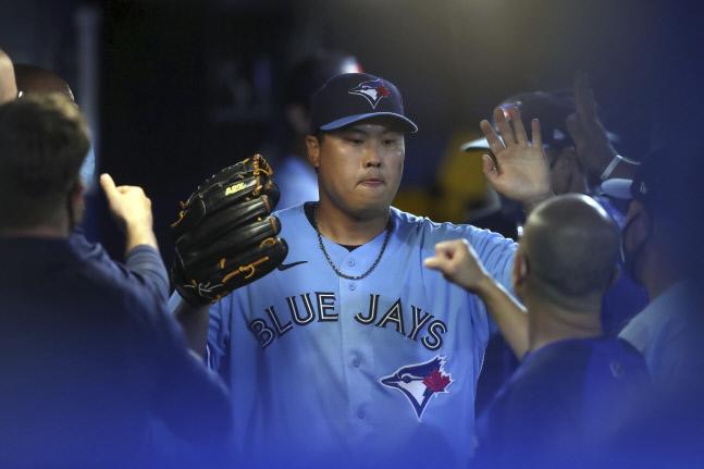 토론토 블루제이스 류현진이 뉴욕 양키스전에서 7회 2사 후 교체된 뒤 덕아웃으로 들어와 동료들의 환영을 받고 있다. 더니든(플로리다)|AP연합뉴스