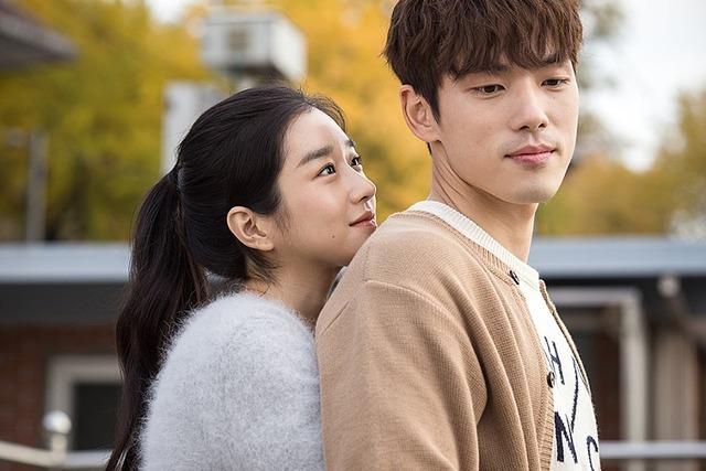 김정현과 서예지는 2018년 가상현실(VR) 영화 '기억을 만나다'에서 호흡을 맞추고 연인 사이로 발전했다. 사진은 '기억을 만나다' 스틸 컷. /바른손이엔에이 제공