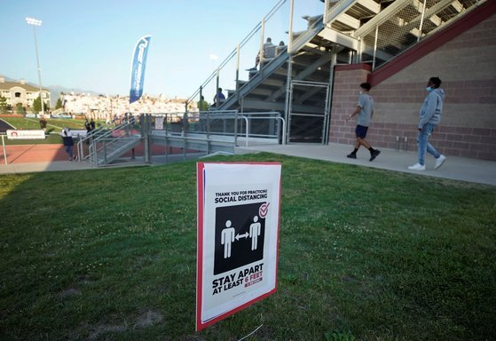 미국 유타주 한 고등학교의 거리 두기 표지판. REUTERS/George Frey 연합뉴스