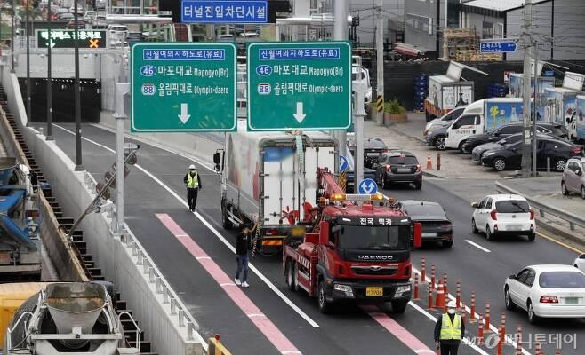 신월IC에서 여의도 구간을 연결하는 신월여의지하도로가 개통된 16일 서울 양천구 신월여의지하도로 진입구에서 대형화물차량이 진입하다 끼여 견인차에 의해 견인되고 있다. /사진제공=뉴시스