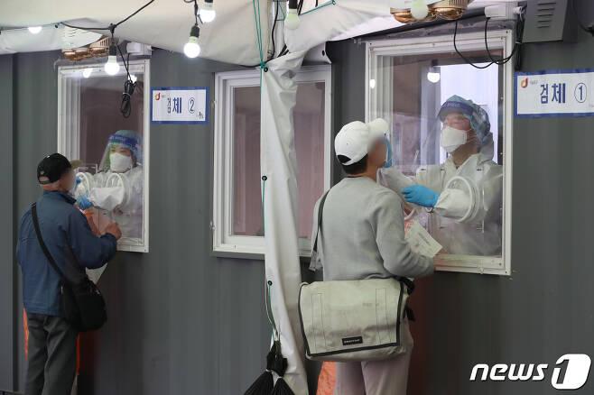 17일 오전 서울 중구 봉래동 서울역 광장에 마련된 중구 임시선별진료소에서 시민들이 검체 검사를 받고 있다. 2021.4.17/뉴스1 © News1 박정호 기자