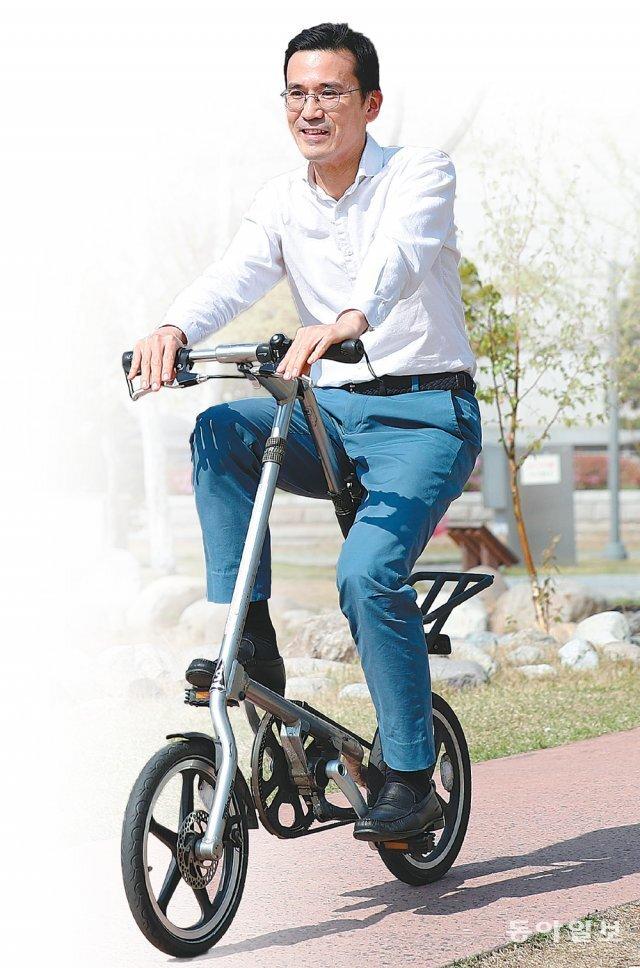 김성헌 세브란스병원 이비인후과 교수는 우연히 자전거를 탔다가 주말마다 장거리 라이딩을 하는 마니아가 됐다. 내년 봄 아들과 함께 자전거 국토 종주를 계획 중이라는 김 교수가 병원 한쪽 공터에서 접이식 자전거를 타고 있다. 송은석 기자 silverstone@donga.com