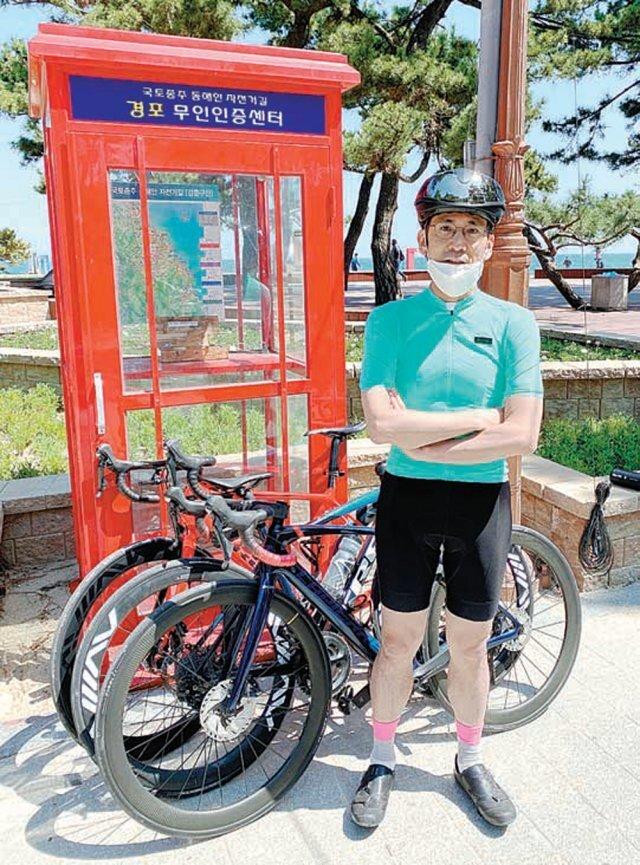 김성헌 교수가 주말 자전거 라이딩 도중 휴식을 하면서 포즈를 취했다. 김성헌 교수 제공