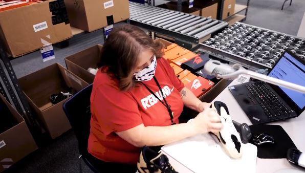 미국 나이키의 한 직원이 재판매될 환불 제품을 세척하고 있다. 나이키 홈페이지 캡처