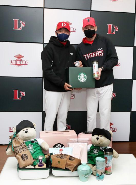 [사진] SSG 김원형 감독은 KIA 윌리엄스 감독에게 스타벅스의 지원을 받아 특별한 선물을 건넸다. / SSG 제공