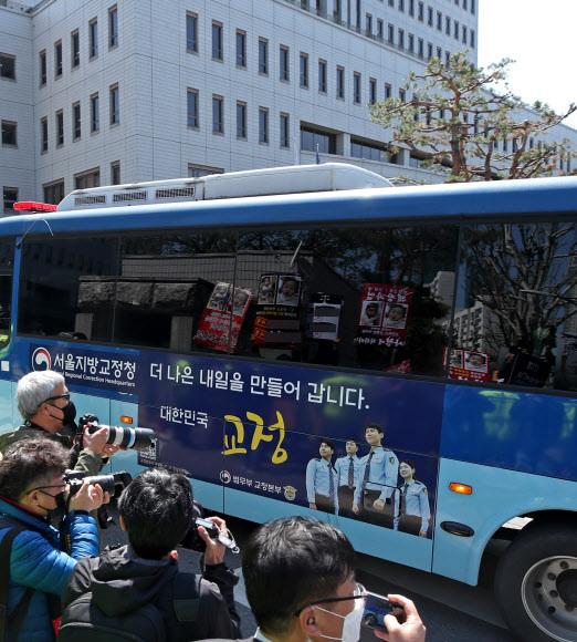 16개월 여아 '정인이'를 학대해 숨지게 한 혐의로 기소된 양부모에 대한 1심 결심공판이 열린 14일 오후 서울 양천구 남부지법 앞에 모인 시민들이 양모 장모씨가 탑승한 것으로 추정되는 호송버스가 도착하자 항의하는 피켓을 들고 있다. 뉴스1
