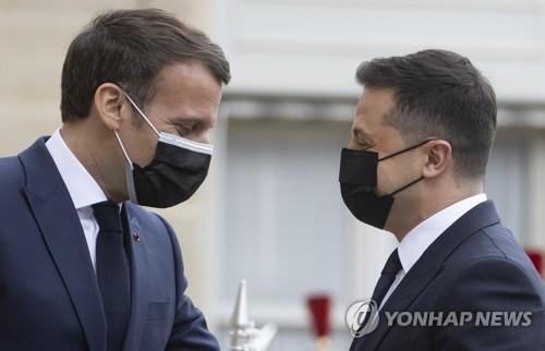 에마뉘엘 마크롱(왼쪽) 프랑스 대통령과 볼로디미르 젤레스키 우크라이나 대통령 [EPA=연합뉴스. DB 및 재판매 금지]