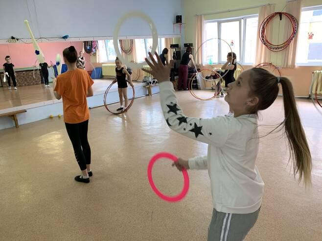 14일(현지시간) 진행된 서커스 수업에서 저글링을 하는 학생들의 모습. [연합뉴스 김형우 촬영]