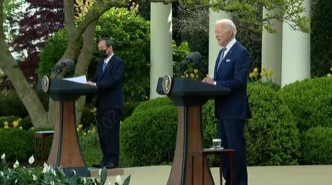어제 진행된 미일 정상회담 후 스가 요시히데 일본 총리와 조 바이든 미국 대통령이 기자회견을 하고 있다.