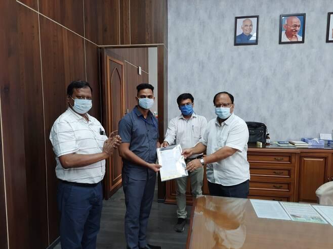 철도부 장관 피유시 고얄도 마유르의 용감한 행동에 대해 공개적으로 찬사를 보냈다. 인도 비영리 단체 AITD는 마유르에게 5만 루피(약 74만원)의 상금을 수여했다. /트위터