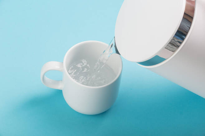 아침 공복에 마시는 물 한 잔은 밤새 처져 있는 대사 기능을 올려준다. ⓒFreepik