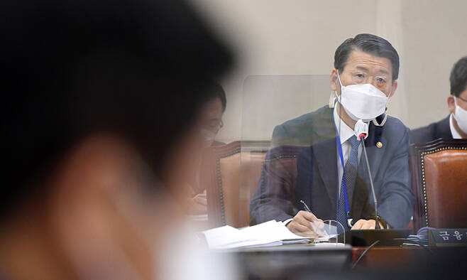 은성수 금융위원장이 22일 서울 여의도 국회에서 열린 정무위원회 전체회의에서 의원 질의에 답하고 있다. 연합뉴스