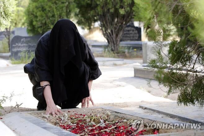 코로나19로 친지 잃은 이란 여성 [EPA=연합뉴스]