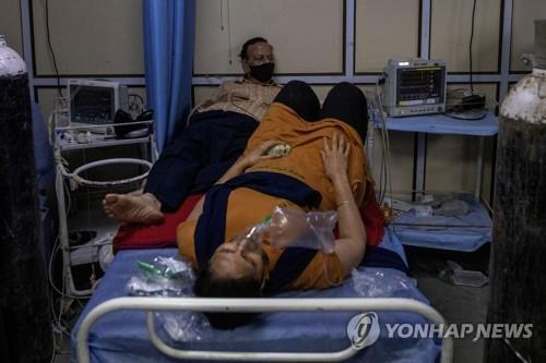 15일 뉴델리 LNJP 병원 밖에서 치료 받는 코로나19 환자. [로이터=연합뉴스]