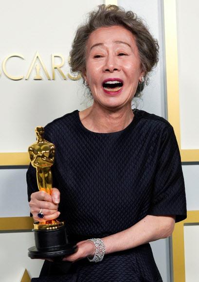 오스카 트로피 거머쥐고 함박웃음  - 배우 윤여정씨가 26일(한국시간) 열린 제93회 미국 아카데미 시상식에서 오스카 트로피를 받은 뒤 함박웃음을 짓고 있다. 아카데미 연기상을 받은 첫 한국 배우이자 아시아 배우로서는 역대 두 번째다. 특히 올해는 그의 연기 인생 55년째가 되는 해이기도 하다. 코로나19 사태로 지친 국민들에게 단비 같은 소식을 전한 윤씨에게 영화계를 비롯해 각계각층이 축하를 보냈다.로스앤젤레스 로이터 연합뉴스