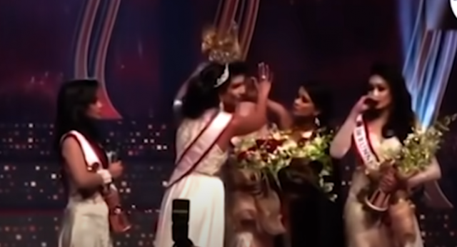 지난 4일 열린 '미세스 스리랑카 대회'에서 전년도 우승자 카롤린 주리가 올해 우승자인 푸슈피카 데 실바가 이혼녀라고 주장하며 그녀로부터 왕관을 빼앗고 있다./출처=데일리메일 유튜브
