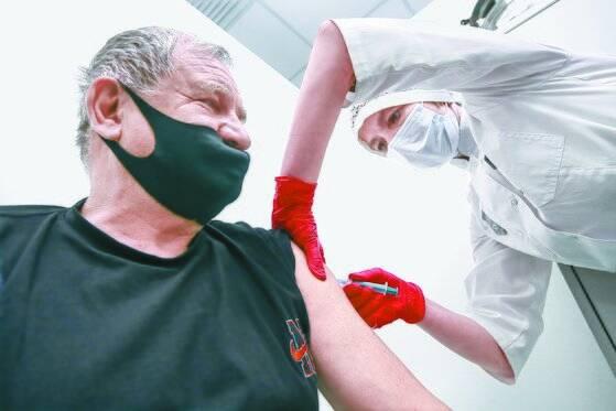 러시아의 한 남성이 스푸트니크V백신을 접종하고 있다. 타스=연합뉴스