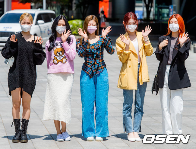 Group ITZY (ITZY) attended SBS Power FM Choi Hwa-jungs Power Time (Choi Fata) live broadcast at SBS in Mok-dong, Yangcheon-gu, Seoul on the afternoon of the 3rd.ITZY members are greeting before entering the station. /Copyright c Koreas Best Sports Entertainment Professional Media (www. osen.co. kr)