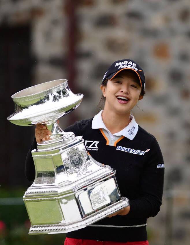 김세영이 지난해 10월 열린 KPMG 위민스 PGA 챔피언십에서 우승 뒤 트로피를 들어 올리며 환하게 웃고 있다. (사진=AFPBBNews)