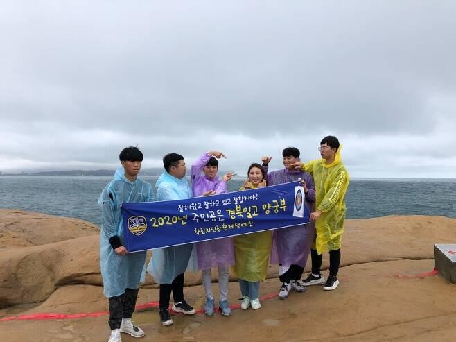 김제덕(왼쪽 세 번째)과 경북일고 양궁부의 모습. 경북일고 제공