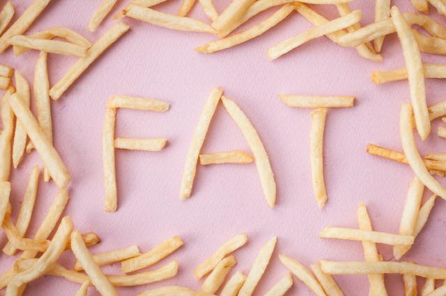 기름진 음식을 먹으면 담석증 위험이 높아진다./클립아트코리아