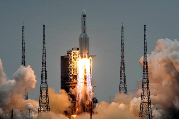 中 독자적 우주 정거장 모듈 '톈허' 발사 - 중국의 독자적 우주정거장의 핵심 모듈 '톈허'를 실은 창정 5B 로켓이 29일 오전 11시 23분쯤 하이난성 원칭 기지에서 붉은 화염과 함께 솟아오르고 있다. 톈허는 우주정거장 궤도를 유지하기 위한 추진 기능과 함께 우주 비행사 3명이 최장 6개월간 머물며 임무를 수행할 생활 공간을 갖췄다.원창 AFP 연합뉴스
