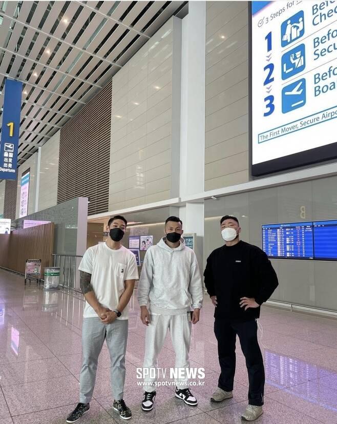 ▲ 정찬성(가운데)은 지난 3일 팀 동료 박문호(오른쪽) 김민우와 함께 미국으로 출국했다.