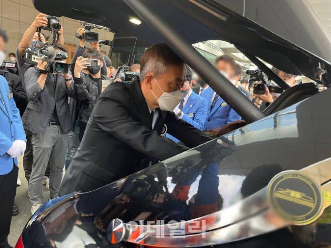 5일 오전 서울 서초구 한 장례식장에서 손정민(22)씨의 유족이 운구차량에 실린 관에 손을 댄 채 서있다. (사진=공지유 기자)