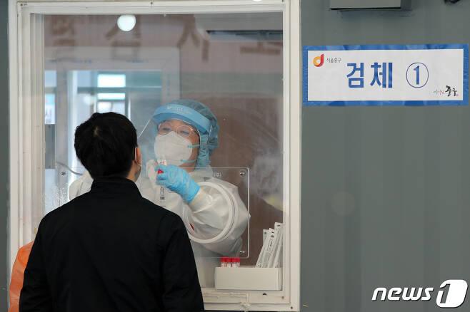 어린이날인 5일 서울 중구 서울역광장에 마련된 신종 코로나바이러스 감염증(코로나19) 임시선별진료소에서 시민이 검사를 받고 있다. 2021.5.5/뉴스1 © News1 황기선 기자