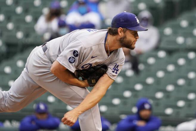 LA 다저스 클레이튼 커쇼가 5일(한국시각) 시카고 컵스전에서 1회말 투구를 하고 있다. 커쇼는 1이닝 4실점을 기록한 뒤 자신의 최소 이닝 만에 강판했다. AP연합뉴스