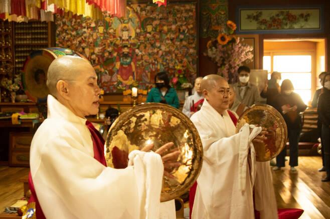 스님들은 북, 태평소, 바라 등의 불교 예불 악기 등을 연주하며 살풀이춤, 바라춤 등으로 동물 영가들을 위로했다. 봉우곰스튜디오 제공