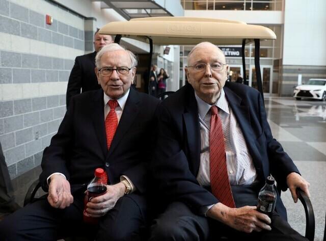 버크셔 해서웨이 회장 워런 버핏(왼쪽)과 찰리 멍거 부회장이 2019년 5월 3일 미국 네브래스카 주 오마하에서 열리는 버크셔 주주 쇼핑의 날에 모습을 드러냈다. 오마하/로이터 연합뉴스